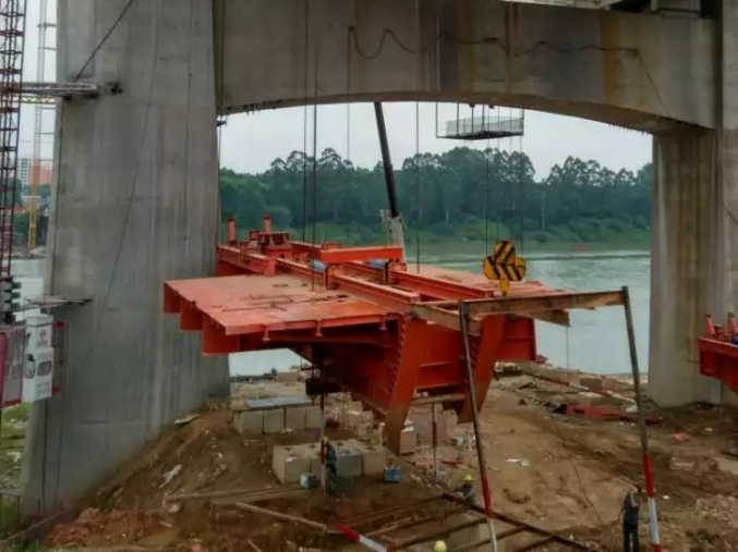 贵港西南大桥挂蓝提升与下放工程